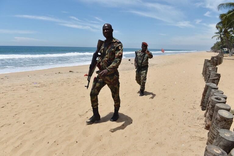 Un soldat ivoirien patrouille sur la plage de Grand-Bassam en Côte d'Ivoire, le 15 mars 2016, au lendemain de l'attaque. (Image d'illustration)