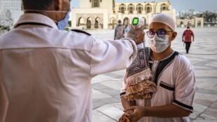 Prise de température pour les fidèles à l'arrivée à la mosquée Hassan II de Casablanca, le 16 juin 2020. (Image d'illustration)