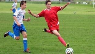 Deux jeunes apprentis footballeurs.