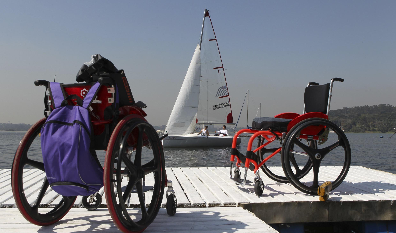 Des athlètes brésiliens s'entraînent en vue de l'épreuve de voile aux Jeux paralympiques de Londres à Sao Paulo, le 10 août 2012.
