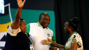 Cyril Ramaphosa, au centre, est félicité par ses soutiens après son élection à la tête de l'ANC, le 18 décembre 2017.