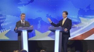 Debate entre Nigel Farage (à esquerda) e Nick Clegg na televisão britânica.