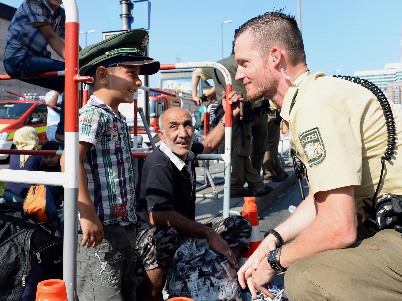 Un agent de police allemand en compagnie d'un enfant