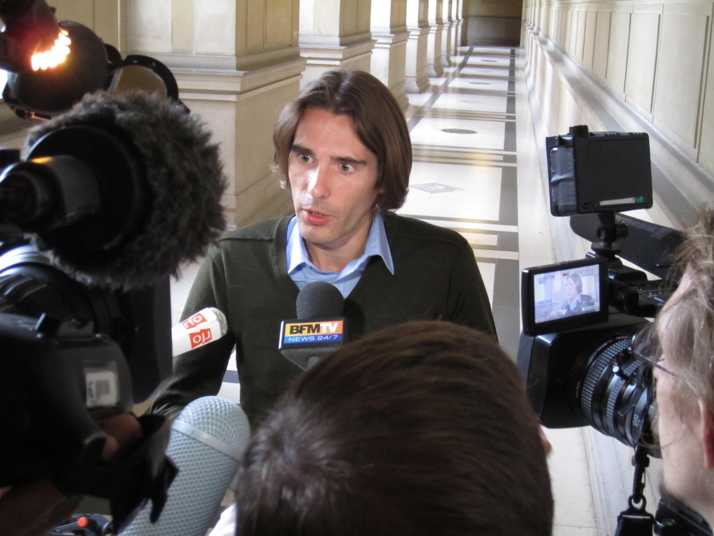 Jean-Baptiste Audousset, um dos familiares das vítimas francesas, fala à imprensa após apresentação do relatórios dos peritos em Paris.