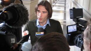Jean-Baptiste Audousset, um dos familiares das vítimas francesas, fala à imprensa após apresentação do relatório dos peritos em Paris.