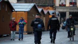 Policías patrullan el 11 de diciembre de 2018 en el mercado navideño de Estrasburgo, cerrado después del atentado de la noche anterior.