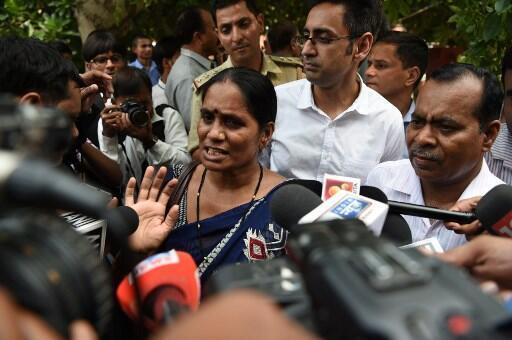 Os pais da jovem que foi estuprada em 2012. Asha Singh, a mãe (no centro), e Badrinath Singh, o pai (direita) durante coletiva da Suprema Corte da Índia em Nova Delhi, em 9 de julho de 2018.