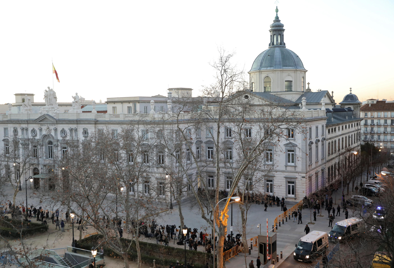 Chegada das Vans da Guarda Civil(direita), que transportam os separatistas catalães à Suprema Corte, em Madri, Espanha. 12/02/19.