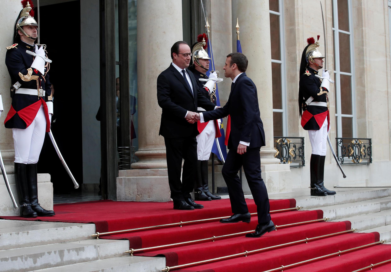 فرانسوا هولاند، رئیس جمهوری پیشین فرانسه، هنگام ترک کاخ ریاست جمهوری و هنگام استقبال از امانوئل ماکرون پیش از انتقال قدرت.