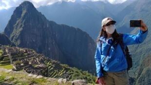 Une inspectrice du gouvernement péruvien prend un «selfie» près du Machu Picchu, la citadelle inca du XVe siècle, fermée aux touristes en raison du Covid-19, le 15 juin 2020.