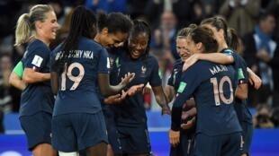 Francesas comemoram um dos gols da zagueira Wendie Reanard no jogo de estreia contra a Coreia do Sul.
