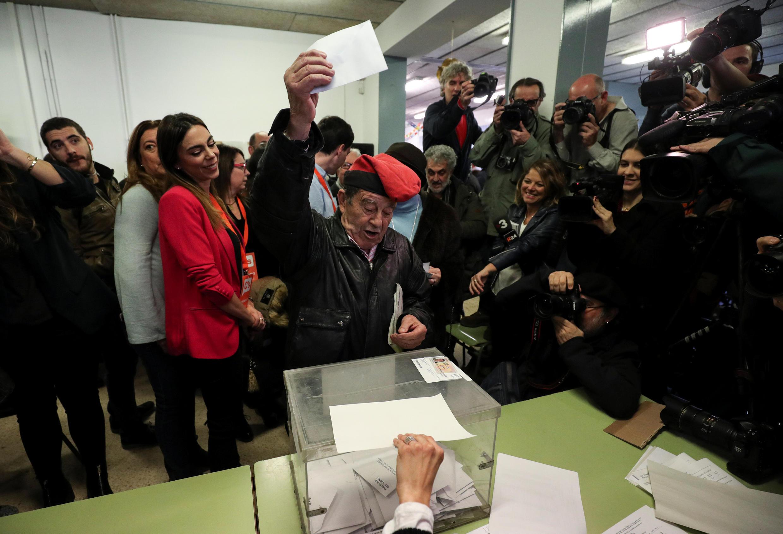 Un électeur catalan, le chapeau traditionnel sur la tête, s'aprête à voter dans un bureau de vote de Barcelone, le 21 décembre.