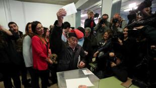 Um eleitor catalão pro independência num centro de voto ontem em Barcelona