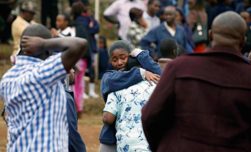 Mwanafunzi wa Moi akimkumbatia mzazi baada ya wenzao kufariki kwa ajali ya moto
