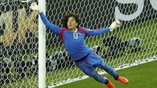 O goleiro mexicano, Ochoa, durante o jogo contra o Brasil, em Fortaleza.