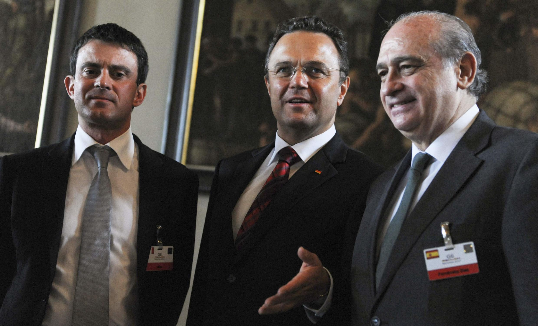 Министры внутренних дел Франции Манюэль Вальс, Германии Ханс-Петер Фридрих и Испании Хорхе Фернандес на встрече в Мюнхене 18 мая 2012 г.
