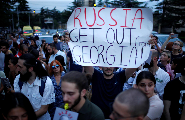 Акция протеста у Секции интересов РФ при посольстве Швейцарии, Тбилиси, 7 августа 2018