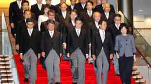 Thủ tướng Nhật Shinzo Abe (G) và tân nội các tại dinh thủ tướng ở Tokyo, ngày 3/08/2017.