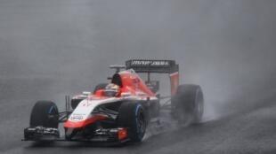 Jules Bianchi pilota seu carro Marussia durante o GP do Japão de F1 pouco antes do acidente.