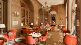 В чайном салоне отеля Ritz, который носит имя писателя Марселя Пруста, подают чай по французской традиции – с печеньем. Главный десерт, конечно же, знаменитая прустовская мадленка.