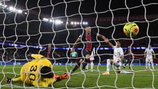 Le gardien de Marseille, Steve Mandanda, arrête le tir du milieu italien Marco Verratti (c) lors du match de Ligue 1 au Parc des Princes, le 13 septembre 2020