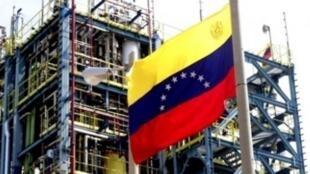 مرحله جدید در همکاری بین دو کشور عضو اوپک ایران و ونزوئلا که هردو تحت تحریمهای شدید آمریکا قرار دارند شروع شده است. تولید و صادرات نفت در هر دو کشور طی سالهای اخیر تحت فشار واشنگتن کاهش یافته است.