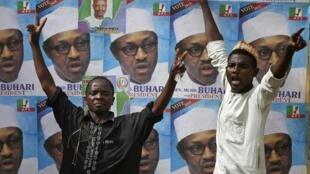 Eleitores do opositor Muhammadu Buhari celebram a vitória deste candidato nas eleições presidenciais em Kano, Nigéria.