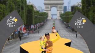 Christopher Froome comemora quarta vitória da Volta da França em Paris.