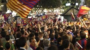 Mashabiki wa Barcelona wakishangilia ubingwa wao wa tatu mfululizo wa La Liga baada ya mchezo wao dhidi ya Levante