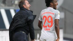 L'entraîneur du Bayern de Munich Hans-Dieter Flick (g) et Kingsley Coman, le 20 février 2021 à Francfort (Allemagne)