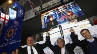 Thủ tướng Gruzia Bidzina Ivanishvili (P), Tổng thống vừa đắc cử Georgy Margvelashvili (T) và Chủ tịch Quốc hội David Usupashvili mừng chiến thắng của ông Margvelashvili tối 27/10/2013 tại Tbilissi.