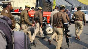 Inde - Des policiers patrouillent le long des rassemblements de fermiers à New Delhi