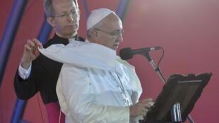 Papa Francisco durante missa pública na praia de Copacabana, na sua passagem pelo Brasil, em 2013.