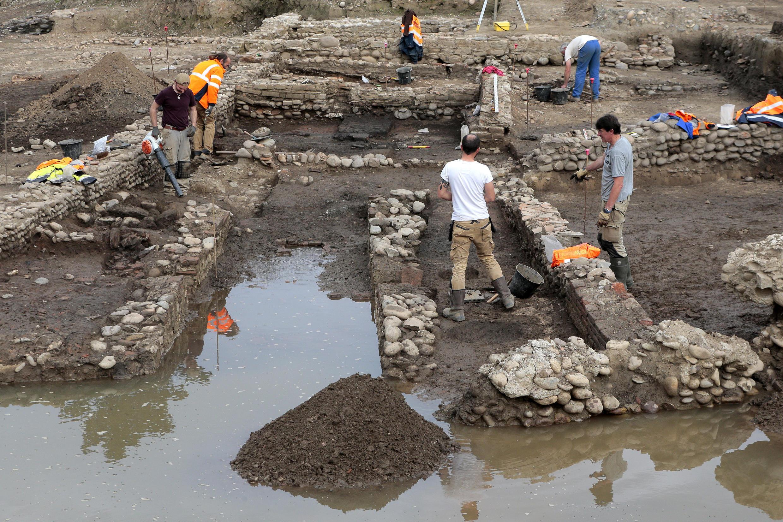 Sur le site de la ville romaine de Mariana, ce temple dédié au dieu indo-iranien Myrtha et mis à jour par l'Inrap, le 24 février 2017.