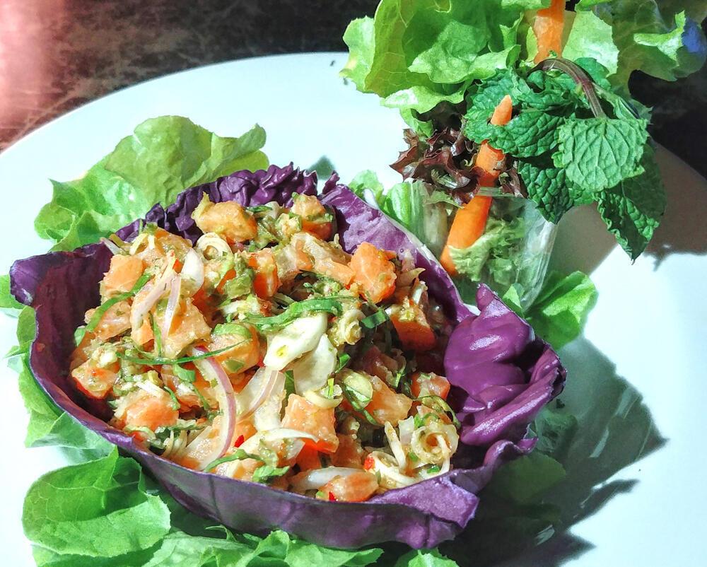 Món Tartare cá hồi hun khói trộn với rau thơm & gia vị châu Á