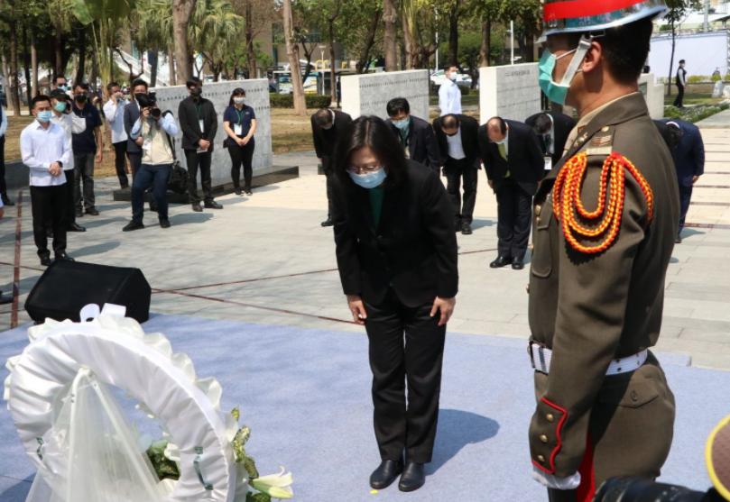 蔡英文周日在高雄市二二八和平纪念公园向受难者献花致意