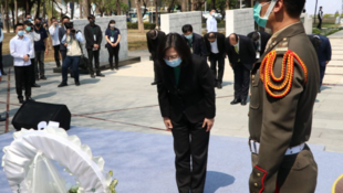 蔡英文周日在高雄市二二八和平紀念公園向受難者獻花致意