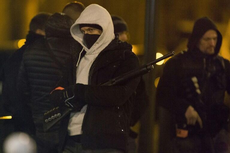 Cảnh sát gác bên ngoài một tòa nhà trong vụ bố ráp ở Argenteuil, tây bắc  Paris, 24/03/2016.