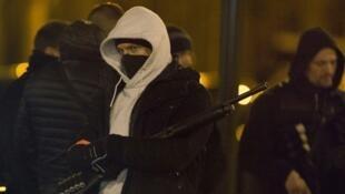 پلیس فرانسه در برابر آپارتمانی در «اَرژانتوی» که در آن مواد منفجره و مسلسل کشف شد
