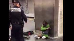 Durante um controle de identidade pela polícia, um deficiente retirou as próteses na plataforma da estação para provar sua boa fé.