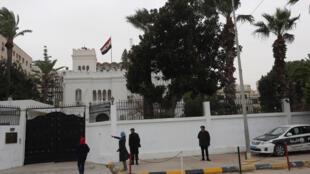 Policiers libyens devant l'ambassade d'Egypte à Tripoli après l'enlèvement de cinq diplomates égyptiens, le 25 janvier 2014.
