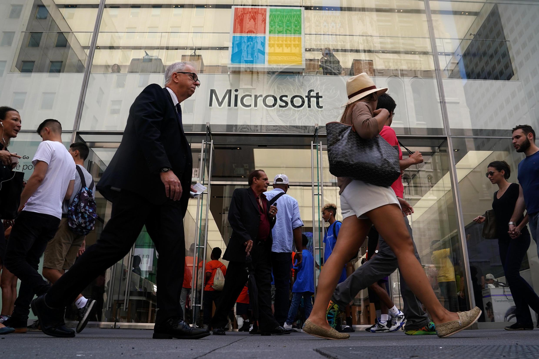 Des gens passent devant une boutique Microsoft à New York, le 21 août 2018.