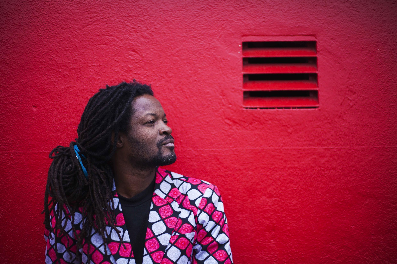Le chanteur, rappeur et photographe Fototala King Massassy présente aux 11e Rencontres de Bamako la série photographique «  Anarchie productive ».
