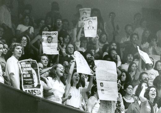 Foto do Arquivo Público de São Paulo de protestos pelos desaparecidos da ditadura militar brasileira durante seção da Lei de Anistia na Câmara dos Deputados.