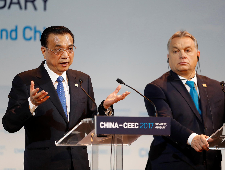 Thủ tướng Trung Quốc Lý Khắc Cường (trái) và thủ tướng Hungary Victor Orban tại Hội nghị thượng đỉnh Trung Quốc và 16 nước Đông - Trung Âu, tại Budapest, ngày 27/11/2017.