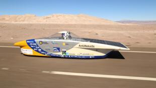 """Con su vehículo llamado """"AntüNekul2s"""", el equipo de la Universidad de Concepción en Chile ganó la competencia completando 1.800 km en el desierto de Atacama. Abril de 2016."""