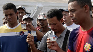 Membres de la Garde nationale vénézuelienne qui viennent de franchir la frontière brésilienne pour y demander refuge, le 24 février 2019.