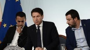 Le président du Conseil italien Giuseppe Conte entouré de Luigi Di Maio (g) et Matteo Salvini. Avec la crise économique, une crise politique se profile en Italie.