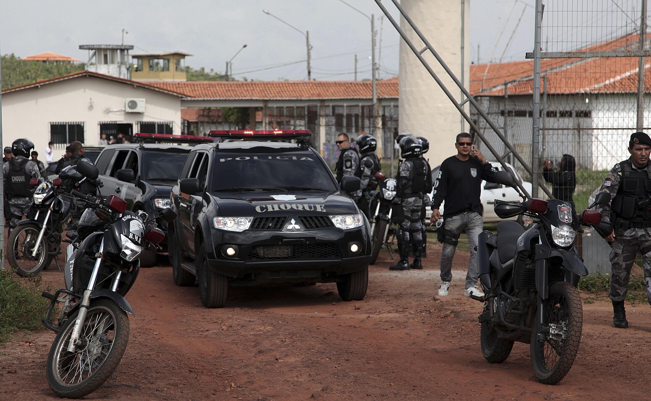 Líderes de gangues que atuam dentro da penitenciária de Pedrinhas, no Maranhão, foram transferidos para o Mato Grosso do Sul nesta segunda-feira (20), em uma tentativa das autoridades de acabar com os assassinatos no local.