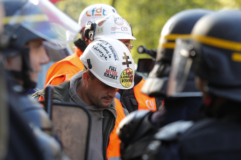 Металлурги завода ArcelorMittal во Флоранже на акции протеста 2 октября 2012.